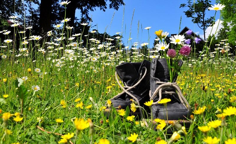 J'adore marcher pieds nus dans l'herbe